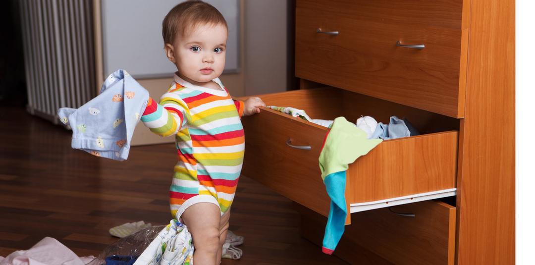 Qual é a melhor forma de organizar o guarda-roupa do bebê?
