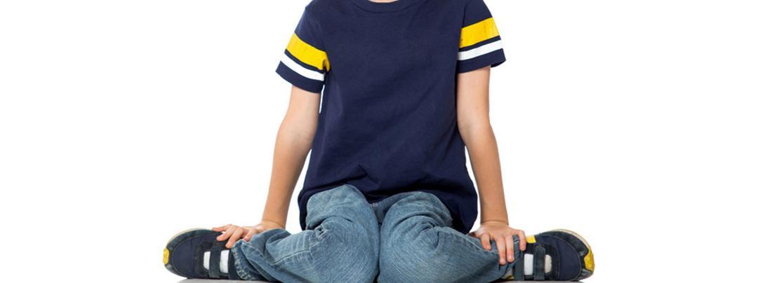 """Permitir que o seu filho se sente em """"W"""" pode ser prejudicial?"""