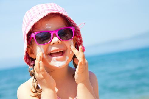 Veja como prevenir e tratar as queimaduras de sol em crianças