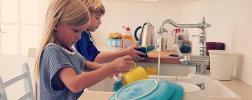 Qual é a idade certa para os pequenos ajudarem nos afazeres domésticos?