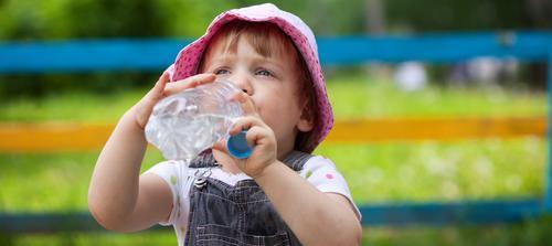 Quando o bebê deve começar a beber água?