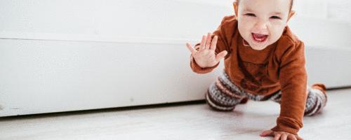 Bebê pode e deve brincar no chão