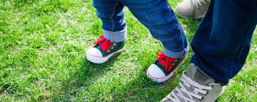 Qual é o momento certo de os pequenos começarem a usar sapatinhos?