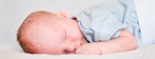 Por que o bebê recém-nascido dorme muito?